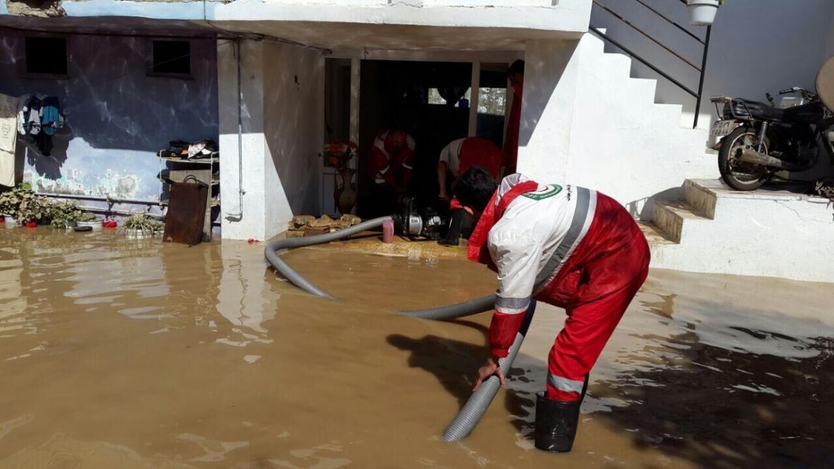 خبرنگاران تخلیه آب از 50 واحد روستایی توسط هلال احمر نهاوند