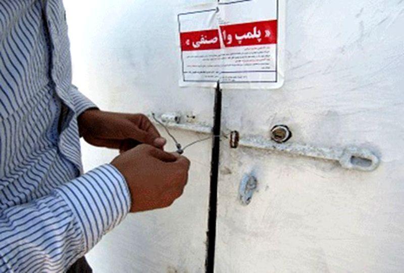 خبرنگاران واحد تولیدی مواد ضدعفونی غیرمجاز در مهاباد پلمب شد